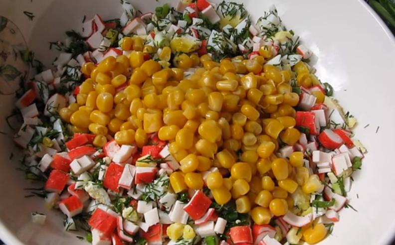 Крабовый салат с огурцом и кукурузой – 6 классических рецептов
