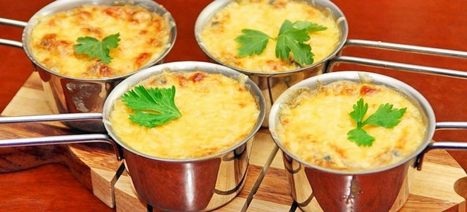 Жульен с курицей и грибами — рецепты в тарталетках, в духовке и на сковороде. Как приготовить вкусный соус для жульена с курицей.