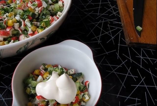 Салаты из крабовых палочек с кукурузой, огурцом, яйцами и зеленью