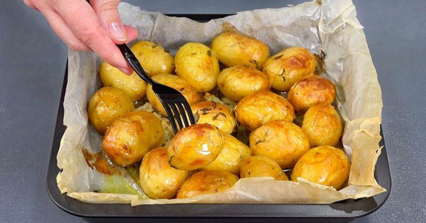 Золотистый картофель в духовке. Румяный, мягкий и неимоверно ароматный!
