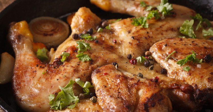 Благодаря этому маринаду даже запеченная целиком курица получается невообразимо нежной
