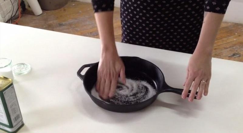 Как легко очистить старую чугунную сковороду: теперь она блестит и сверкает!