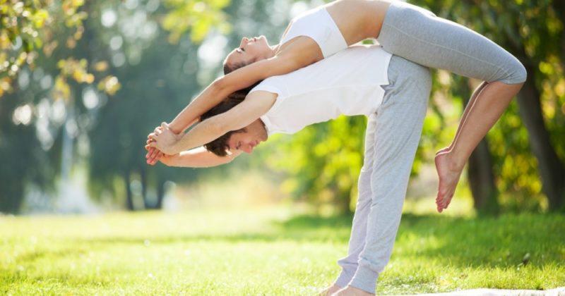Йога на двоих: легкие и сложные позы для начинающих и продвинутых, польза парной йоги, меры предосторожности
