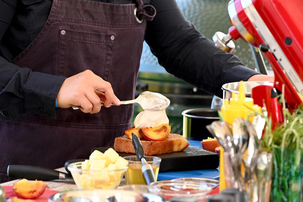Этот десерт буквально тает во рту! Бриошь с персиками и ванильным кремом.