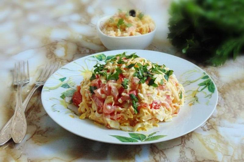 Одними томатами сыт не будешь, готовь салаты! 7 рецептов с самым сочным овощем сезона.