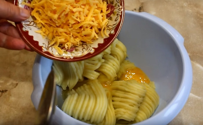 Как приготовить новое блюдо из картофеля. Прекрасно смотрятся в окружении зелени и ярких свежих овощей.