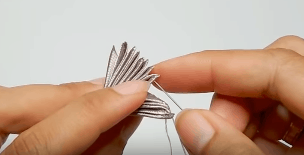 Оригинальная брошь из обычной ленты — стильное и нетривиальное украшение